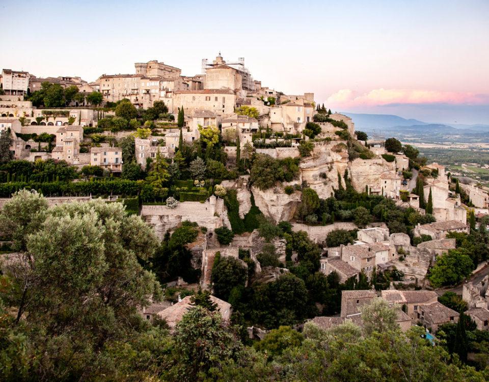 Gordes il borgo arrampicato sulla montagna della Provenza