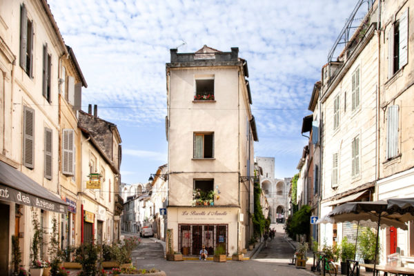 I palazzi davanti alla arena di Arles