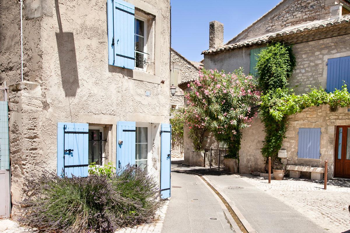 I vicoli di Saint Remy de Provence con persiane celesti
