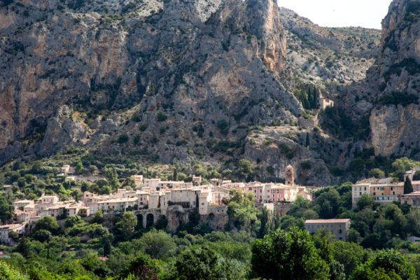 Il borgo di Pietra costruito sulla montagna - Moustiers-Sainte-Marie - Cosa Vedere in Provenza