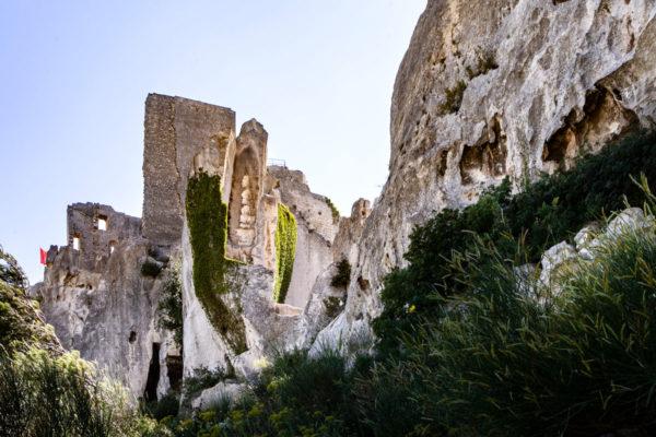 Il castello di Les Baux de Provence che si fonde con la roccia della montagna