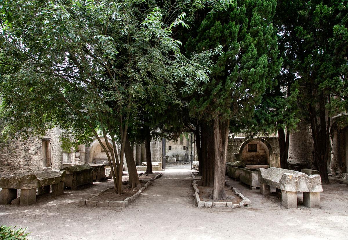 Il cortile della chiesa di Saint Honorat - Dentro la necropoli di Arles