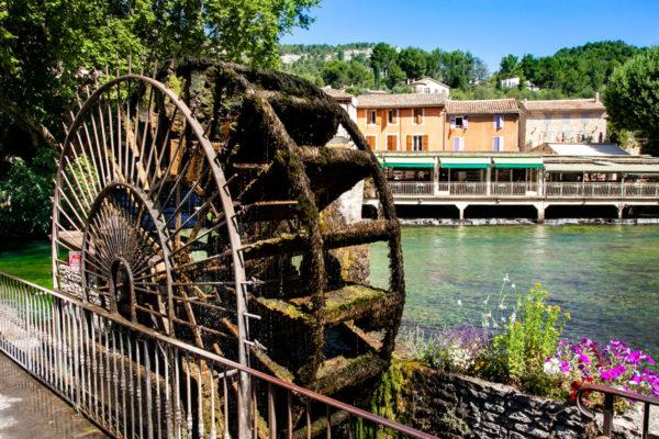 Il mulino simbolo di Fontaine-de-Vaucluse sul fiume Sorgue