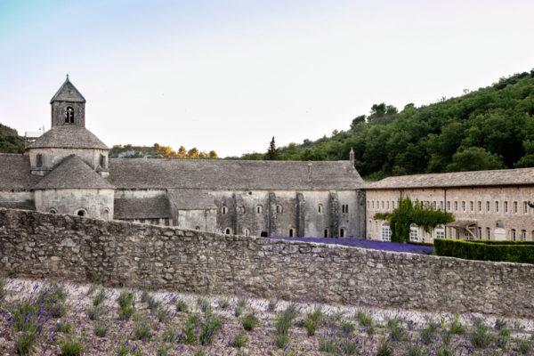 Il muro di confine che separa l'abbazia dai visitatori
