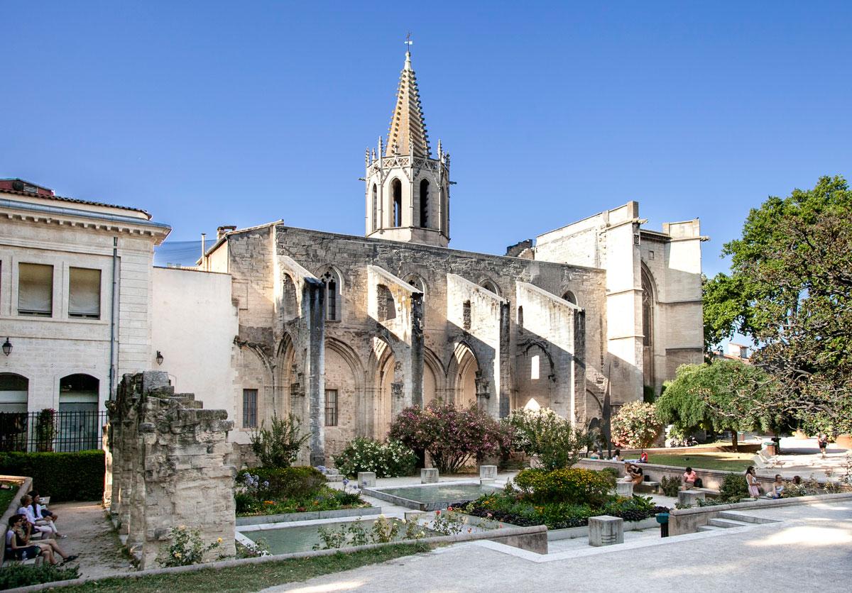 La grande chiesa di Saint Martial con Colonnati esterni - Avignone
