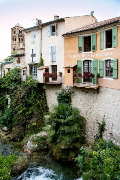 Le case di Moustiers Sainte Marie a strapiombo sul corso d aqua che scorre in centro