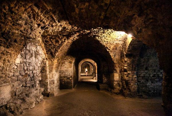 Le gallerie con i tetti a volta sotto place deLe gallerie con i tetti a volta sotto place de la république la republique