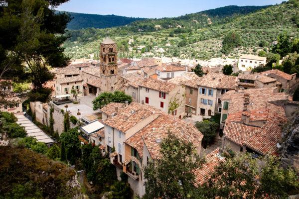 Panorama sul paese provenzale di Moustiers Sainte Marie - Costruito sulla montagna