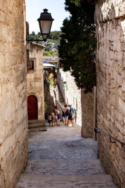 Passeggiata nel borgo di pietra rinato
