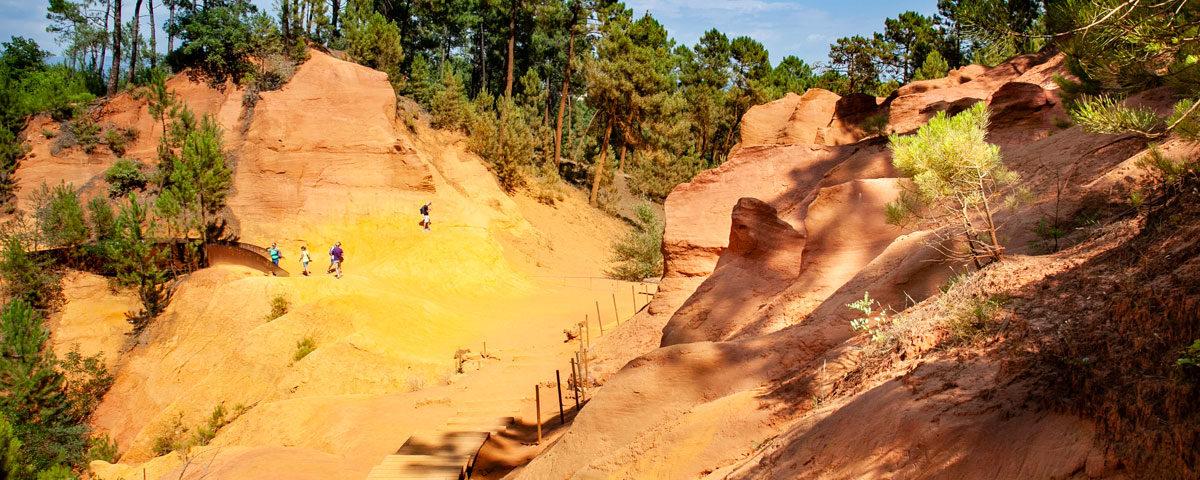 Passerella di legno nel sentiero dell'ocra di Roussillon
