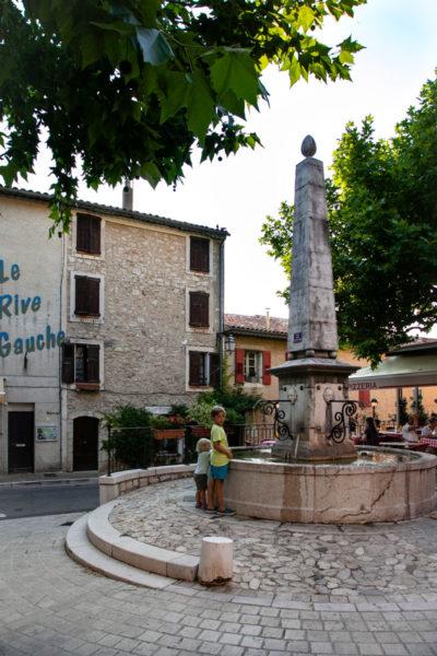 Piazza Principale di Aiguines con Obelisco
