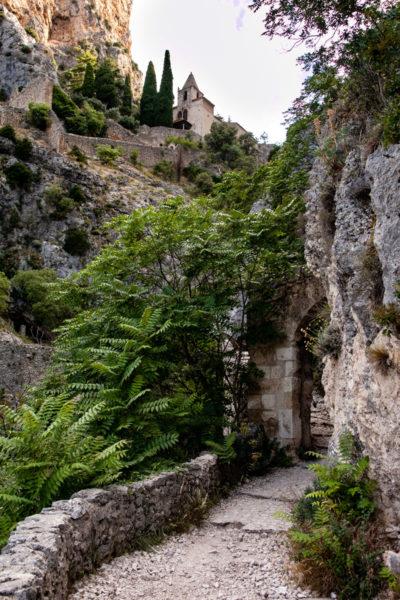 Porta di Accesso e Scalinata in Pietra per raggiungere Notre Dame de Beauvoir - Percorso dei Pellegrini