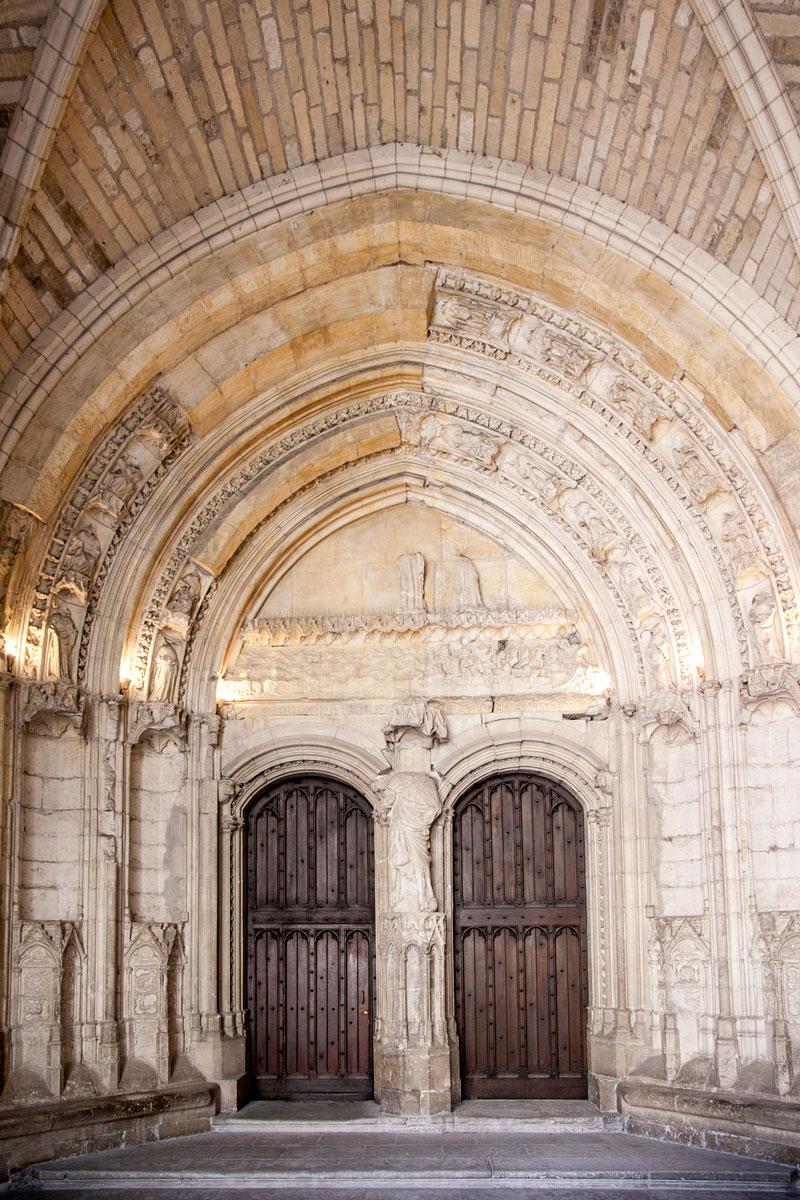 Portale interno al palazzo dei Papi