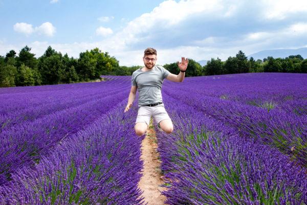 Ragazzo salta nei campi di lavanda - Francia