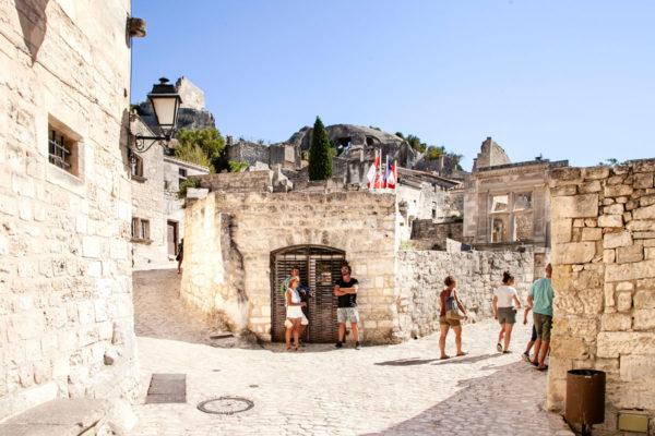 Resti del centro storico di Les Baux de Provence e la finestra di Post Tenebras Lux