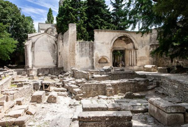 Resti della chiesa romanica dentro a Les Alyscamps - Arles