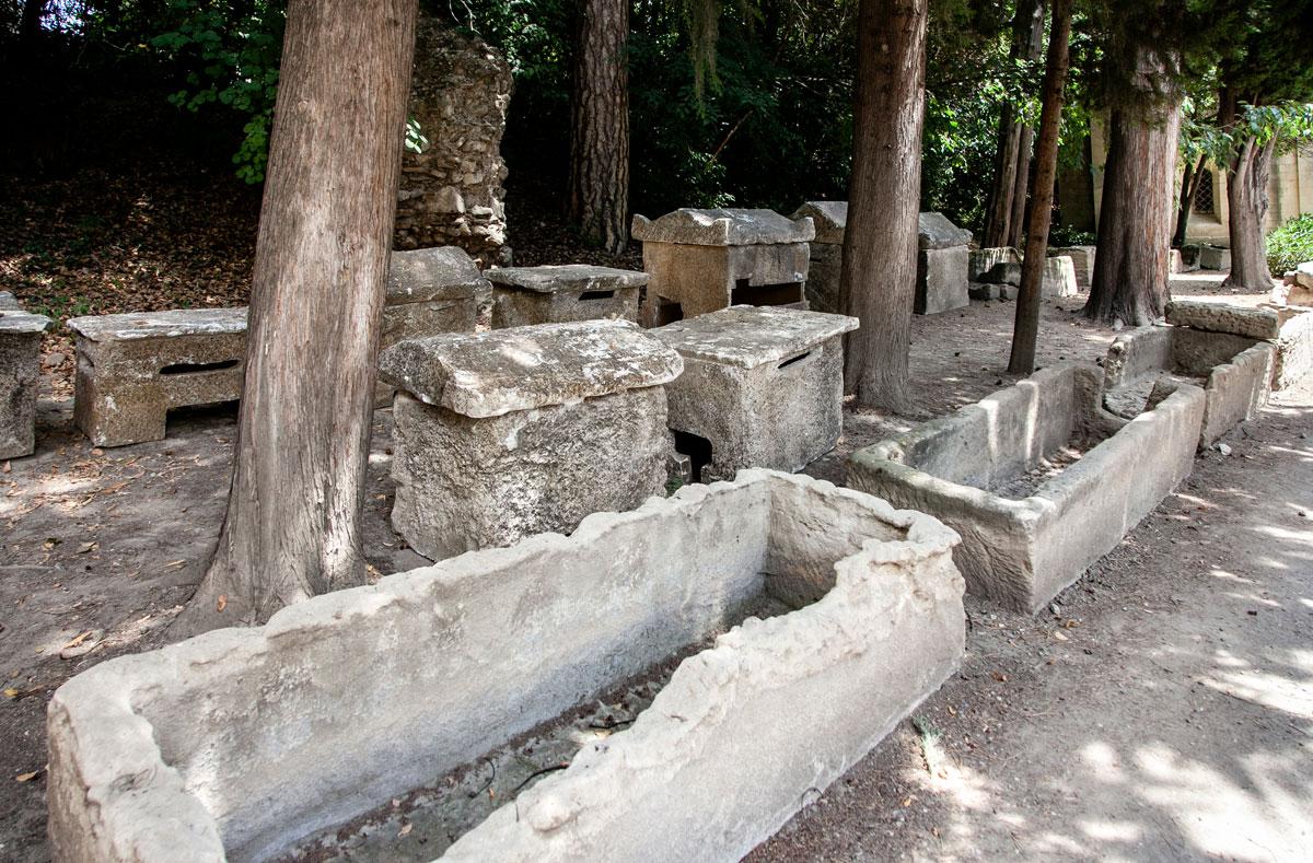 Sarcofagi scoperchiati nella necropoli