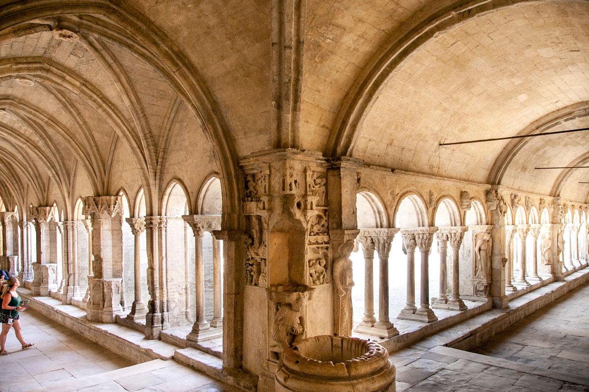 Sculture romaniche e gotiche dentro al chiostro di Saint Trophime - Arles