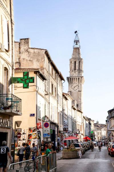 Torre con orologio nei vicoli di Avignone