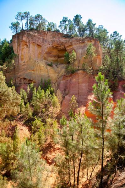 Vegetazione e montagne nelle cave di Roussillon