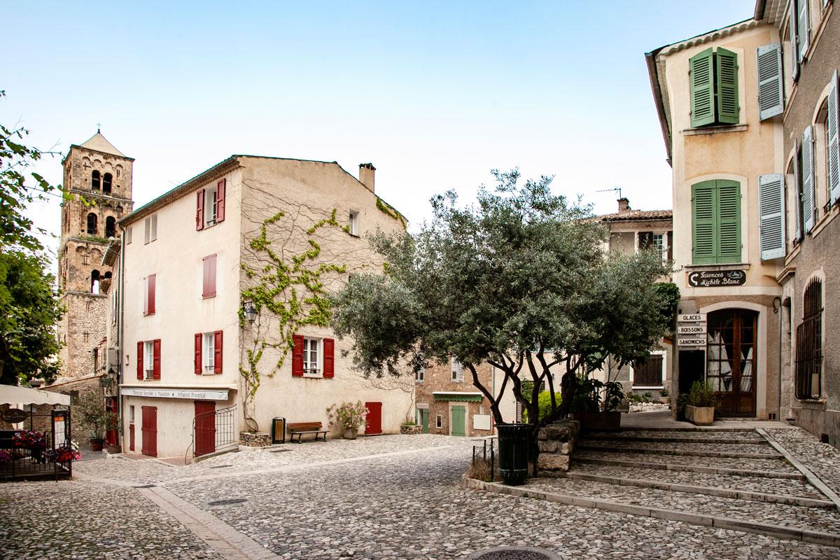 Vicoli del centro storico di Moustiers Sainte Marie - Borgo costruito nella roccia