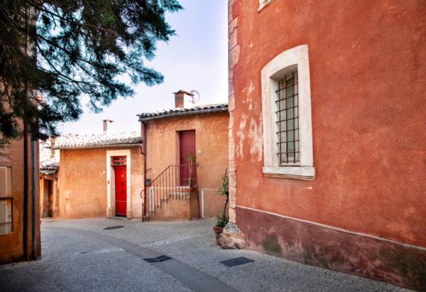 Vicoli di Roussillon con case dipinte con le sfumature dell'ocra