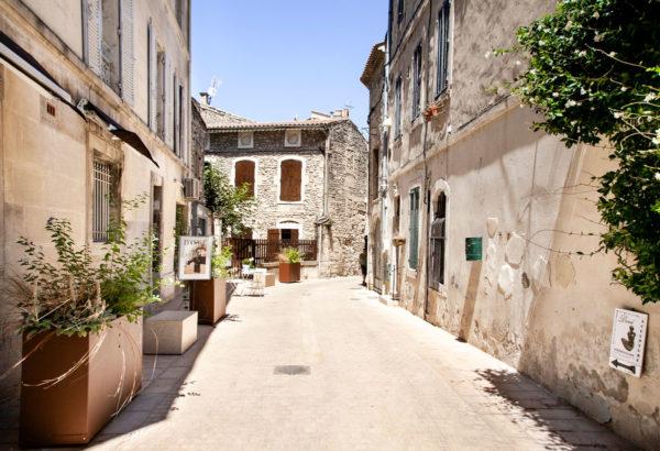 Vicoli soleggiati di una cittadina provenzale