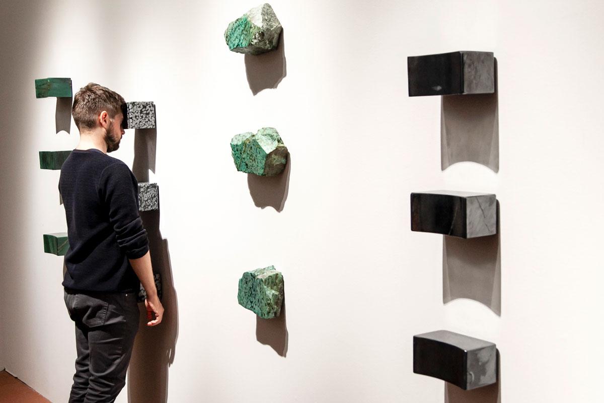 Black Dragon - Transitory Objects for Human Use - Pietre minerali su cui appoggiare fronte cuore e genitali - Marina Abramović a Firenze