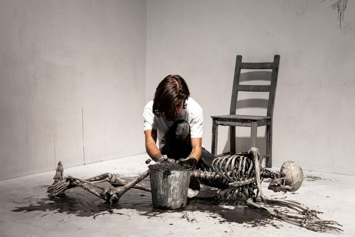 Cleaning the Mirror - Performance di Marina Abramović - Pulizia di uno scheletro
