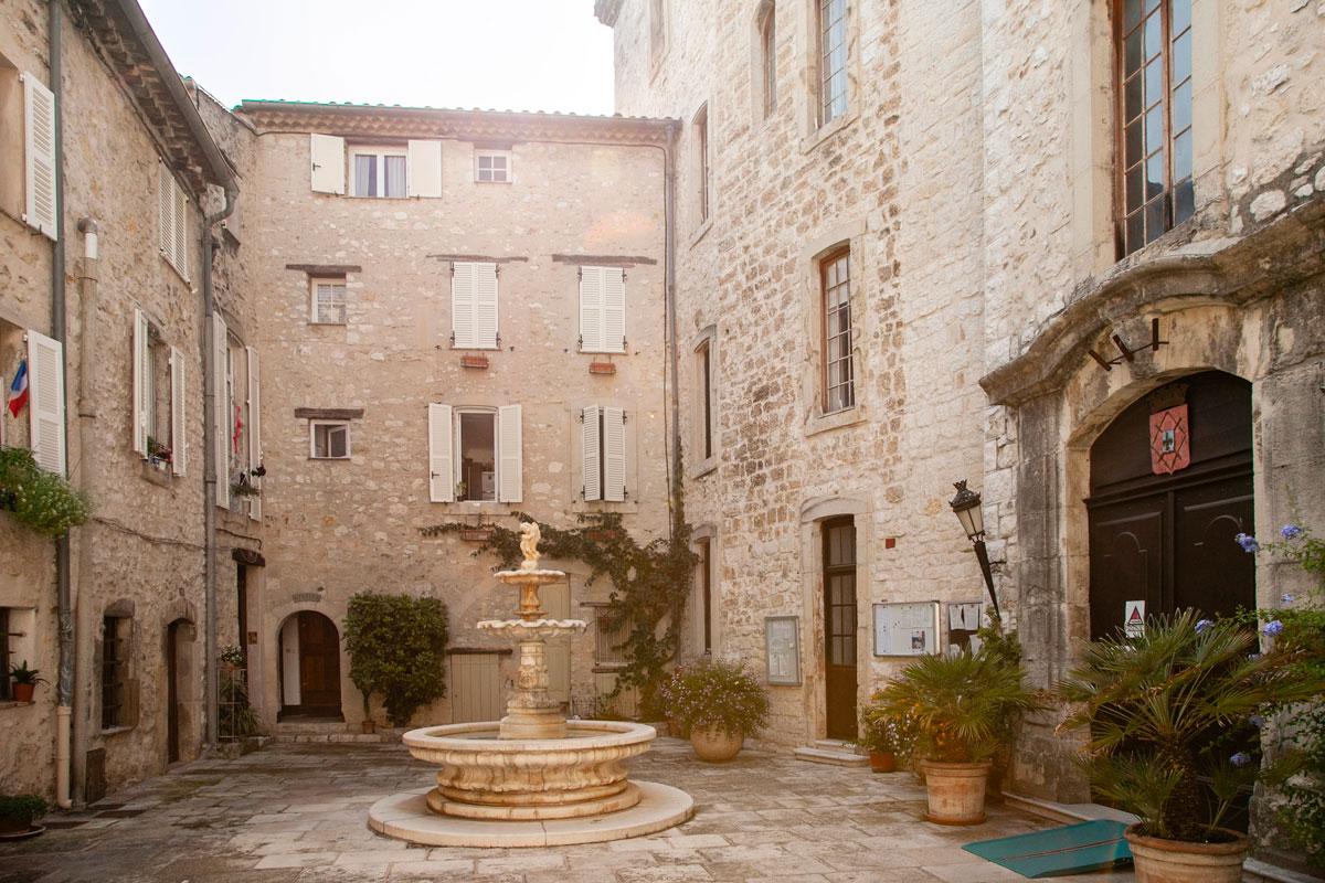 Cortile interno dello Chateau Mairie - municipio di Tourrettes sur Loup