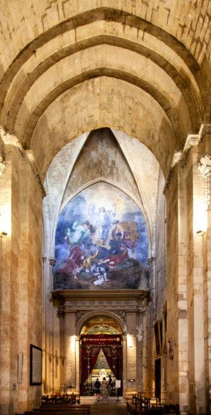 Decoro neogotico del XIX secolo nella cattedrale Saint Sauveur