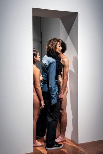Due Artisti nudi in ingresso alla mostra The Cleaner di Marina Abramović - Il pubblico deve passare tra i due scegliendo chi guardare