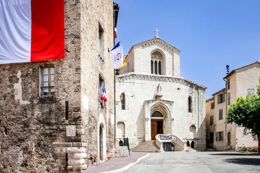Facciata della Cathédrale Notre Dame du Puy di Grasse - Cosa vedere in Provenza