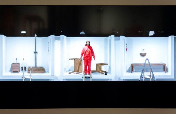 Frame del video della performance originale di The House with the Ocean View - Marina Abramović