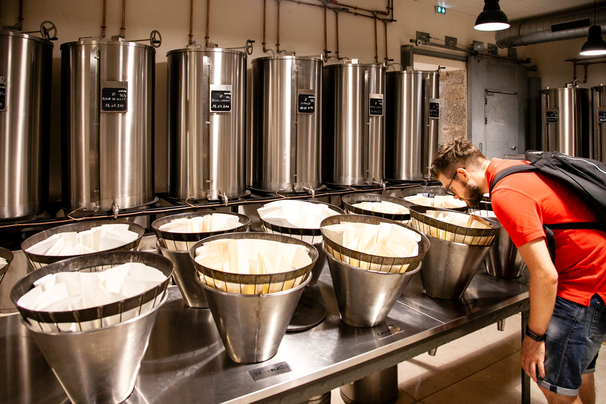 Granfi filtri per essenze dei fiori messe a macinare - Visita alla fabbrica di Parfumerie Fragonard