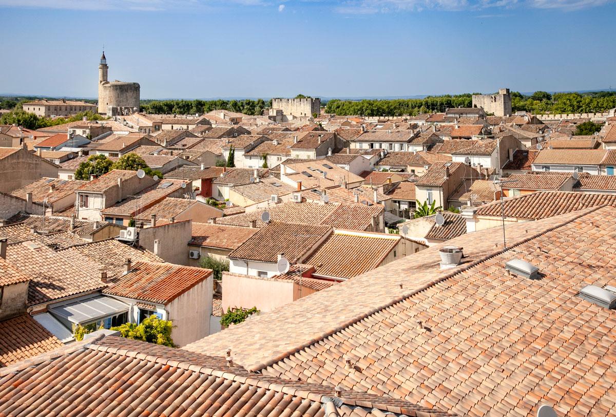 I tetti di Aigues Mortes visti dalla cinta muraria e la torre di Costanza in lontananza