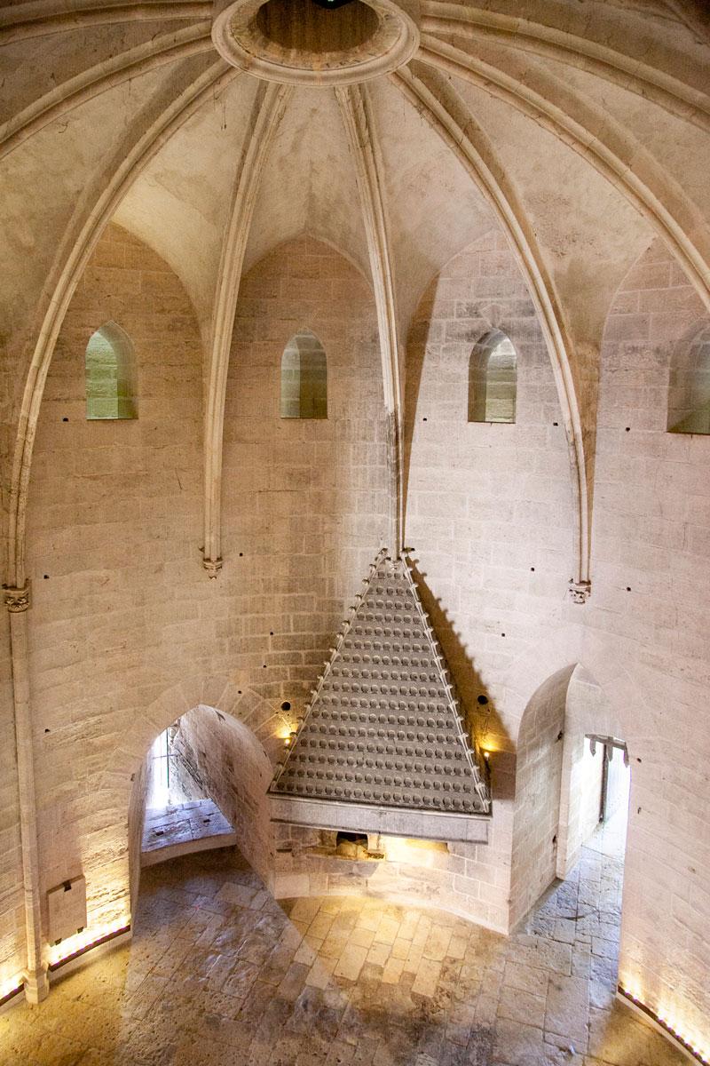 Interni del Primo Piano della Torre di Costanza con il grande camino - Aigues Mortes