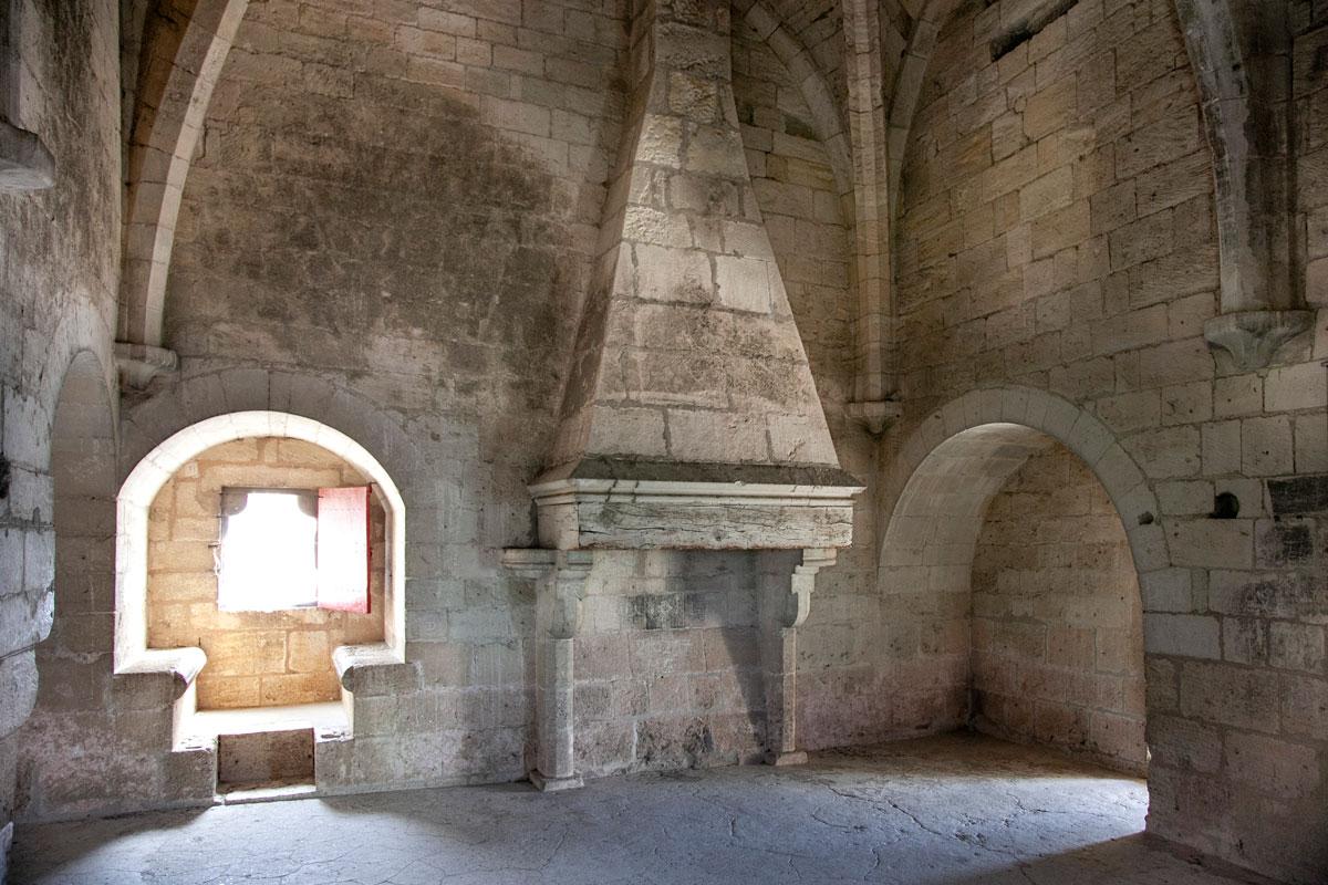 Interni di una torre con camino e sedute - Aigues Mortes