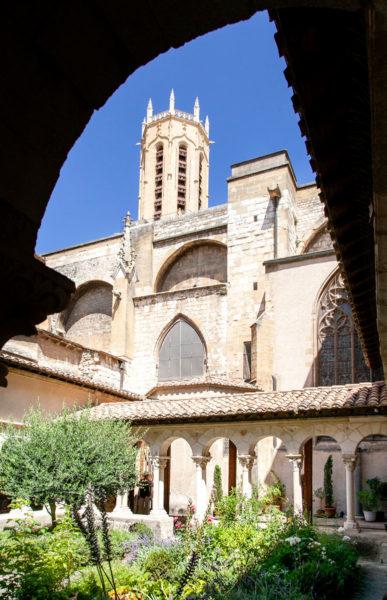 La cattedrale di Saint Sauveur e il suo Campanile visti da dentro il chiostro