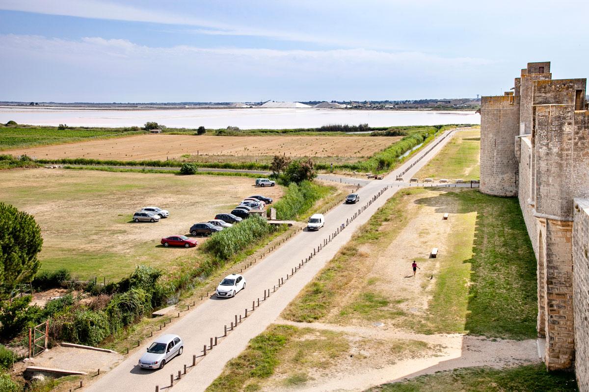 La salina di Aigues Mortes vista dalle mura cittadine