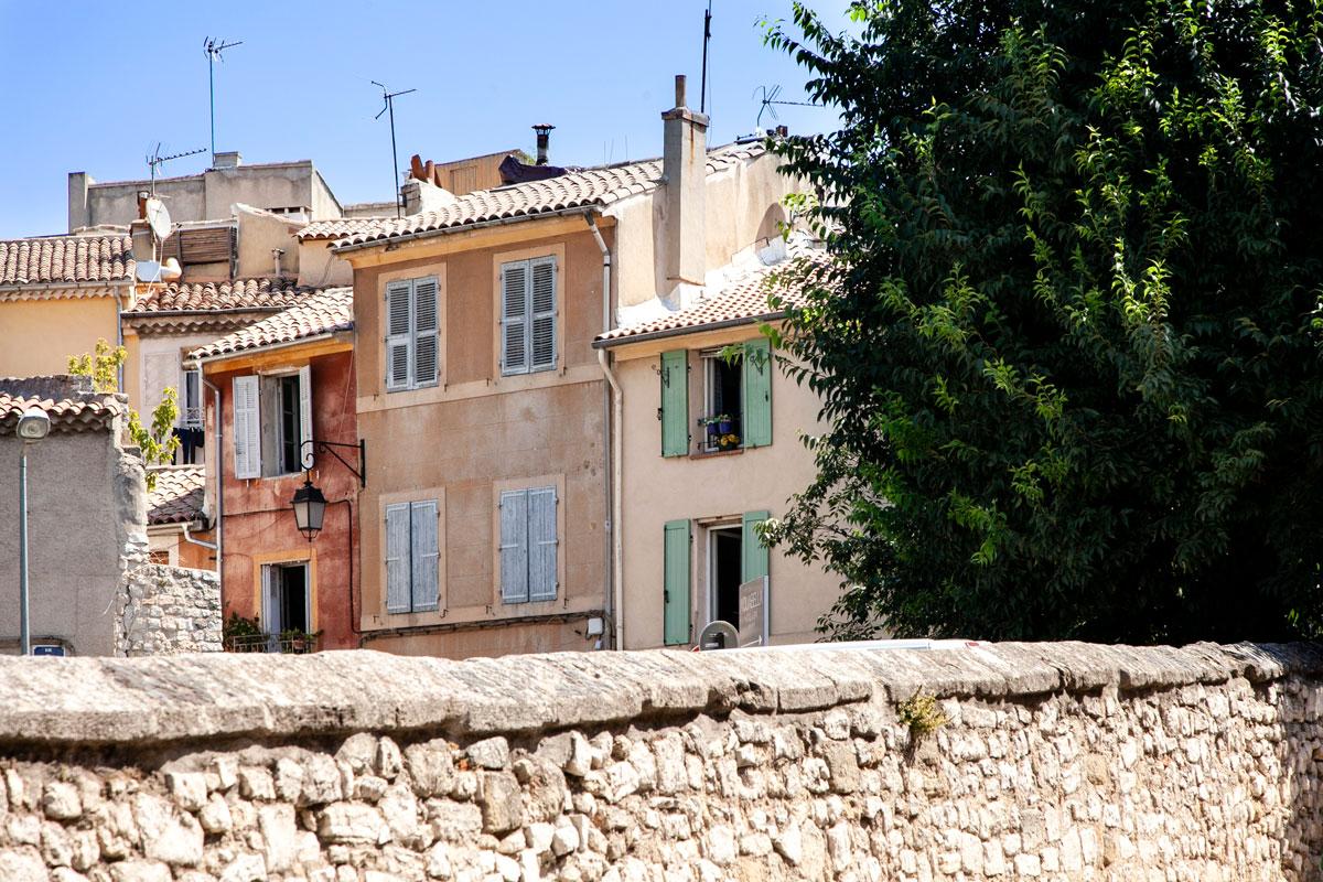 Le case e le mura in pieno centro storico ad Aix en Provence