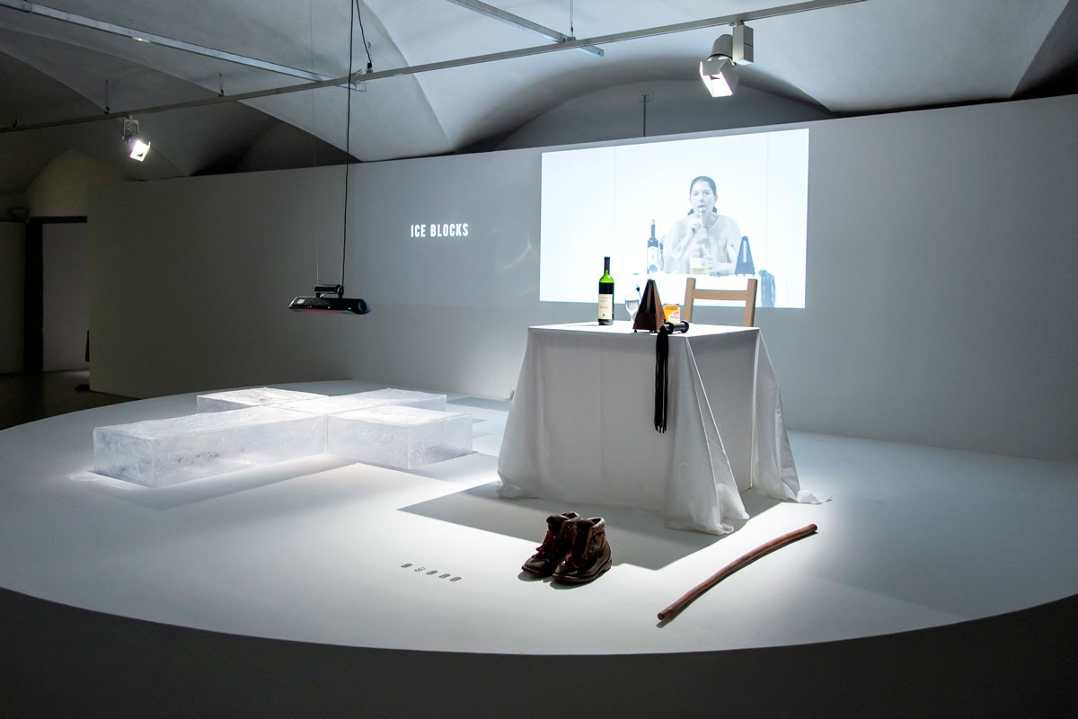 Lips of Thomas - Performance con croce di ghiaccio miele e vino