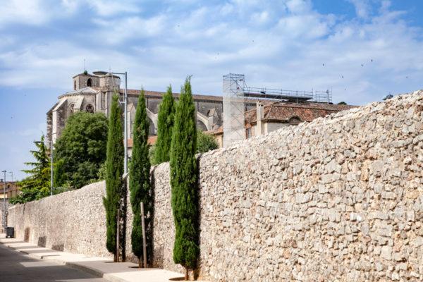 Mura oltre le Jardin de l'Enclos