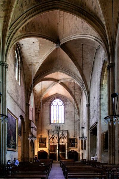 Navata ed ingresso della cattedrale cittadina di Aix en Provence