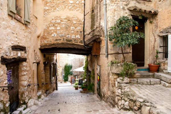 Passaggi nel suggestivo borgo della violetta della Provenza - Francia