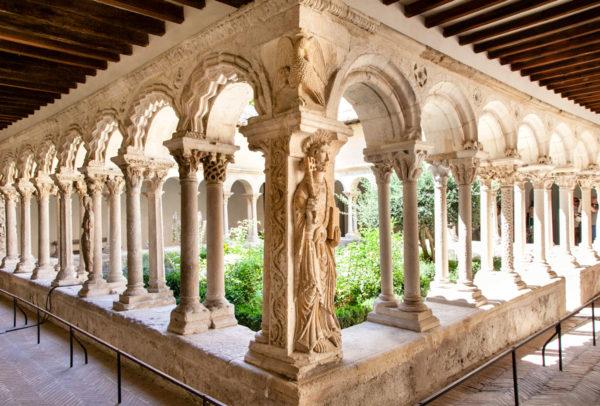 Porticati e colonne decorate della Cathedral de Saint Sauveur - Aix en Provence