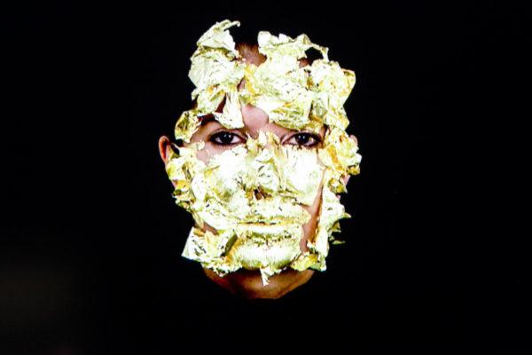 Portrait with Golden Mask - Autoritratto di Marina Abramović - Arte Performativa