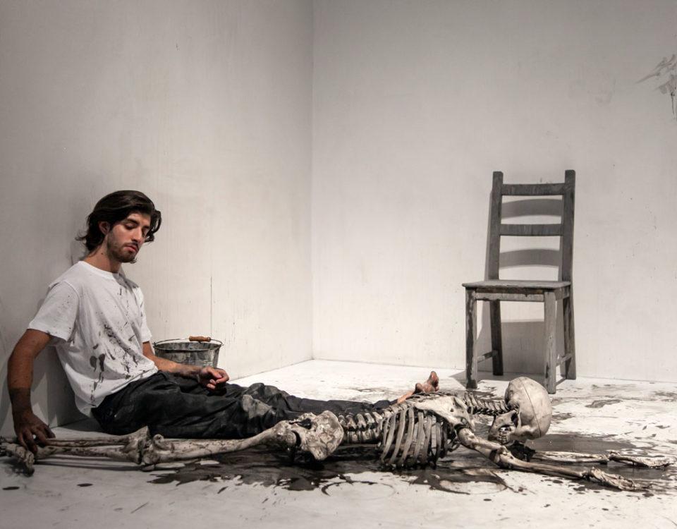 Reperformance di Marina Abramović - Cleaning the Mirror - Pulizia di uno scheletro con una spazzola e acqua sporca