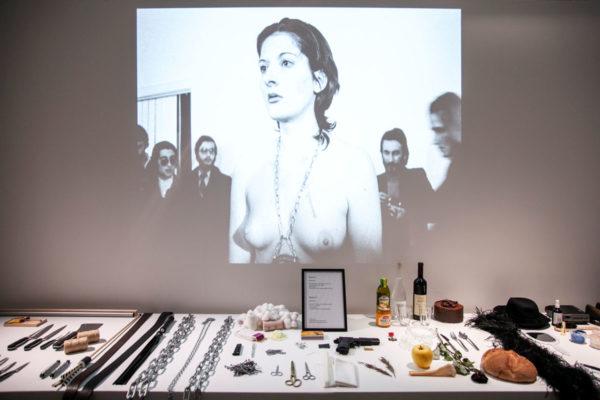 Rhythm 0 - Marina Abramović a Napoli immobile mentre il pubblico interagisce con lei e oggetti disponibili