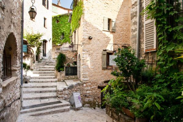 Vegetazione e case in pietra nel borgo di Tourrettes sur Loup